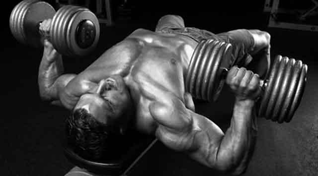胸のトレーニングのダンベル・プレス