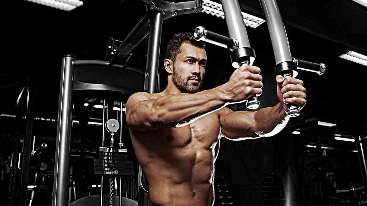 肩のトレーニングのペックデッキ